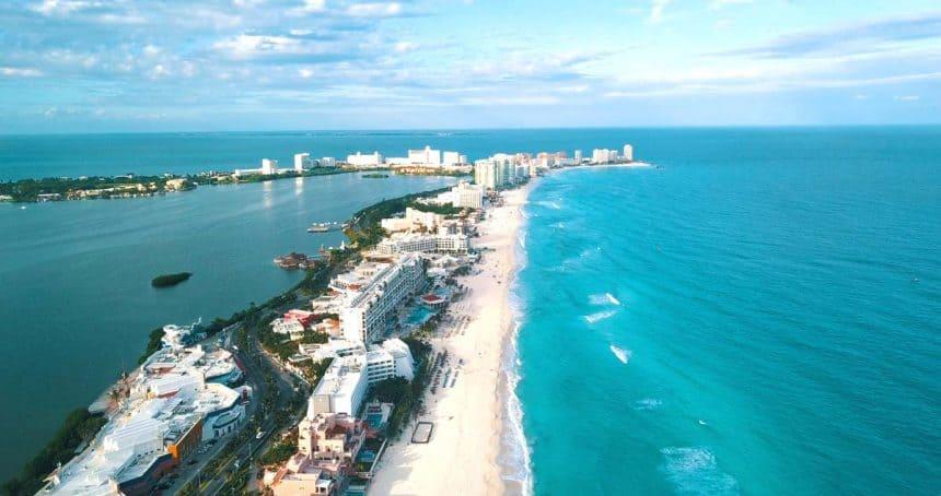 Cancun Zona Hotelera entre la laguna y el mar caribe